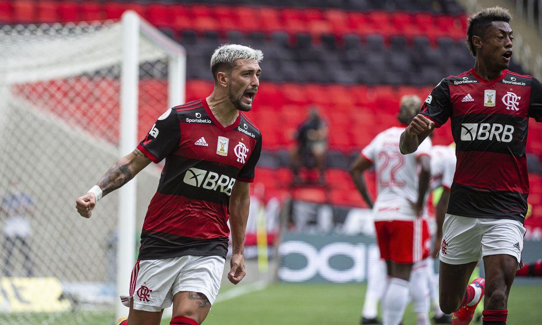Flamengo vence e assume liderança do Campeonato Brasileiro