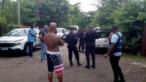 Nada de biquíni: só deu policial fardado em festa na piscina no RJ