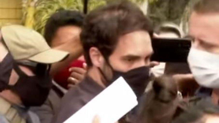 Vereador Jairinho leva tapa no rosto ao deixar delegacia