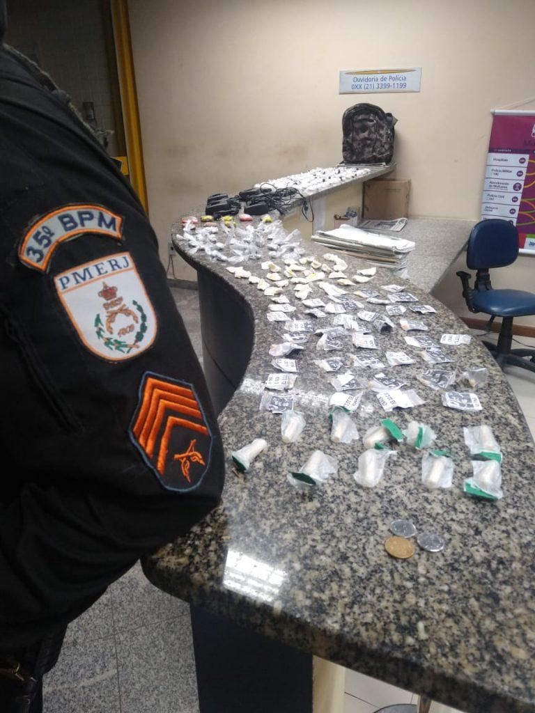Polícia Militar apreende crack, maconha, cocaína e até rádio transmissor no bairro Rio Vermelho, em Rio Bonito
