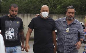 Vocalista da banda Molejo chega à Delegacia de Polícia para depor sobre suposto estupro