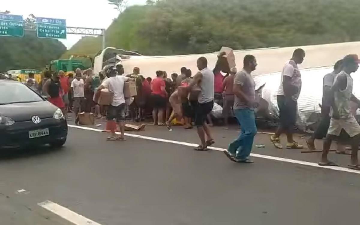 Carreta tomba e tem carga saqueada na BR-101 em Rio Bonito