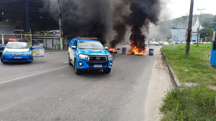 Rapaz é morto por bala perdida e moradores fecham a rodovia RJ-106, em São Gonçalo