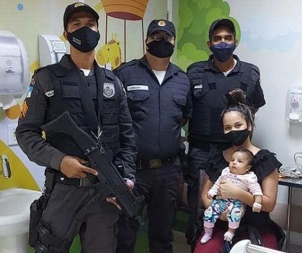Policiais militares socorrem bebê engasgada