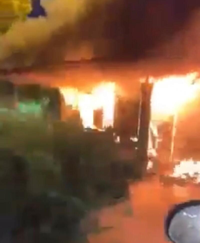 Cabine de ônibus é tomada pelas chamas no Rio