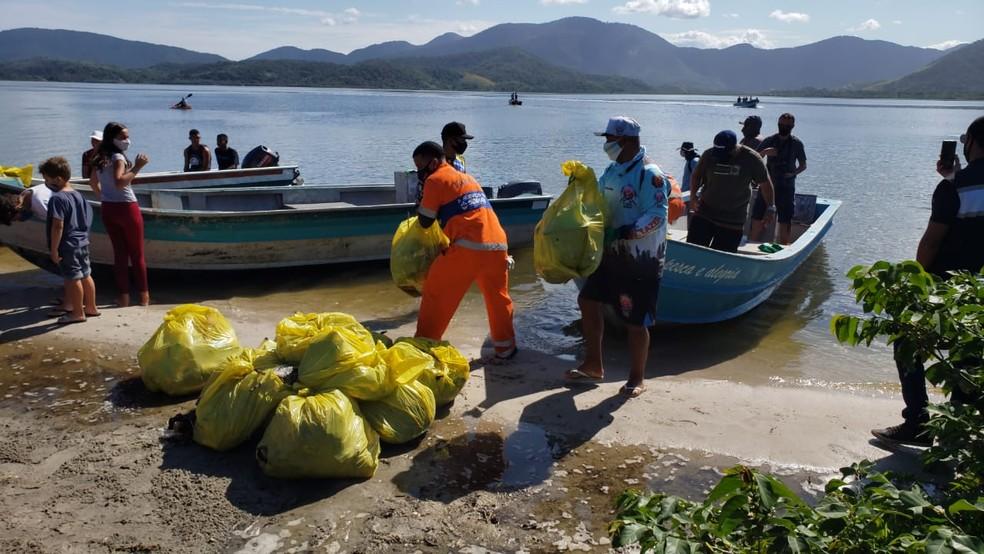 Voluntários e pescadores retiram mais de uma tonelada de lixo da Lagoa em Maricá