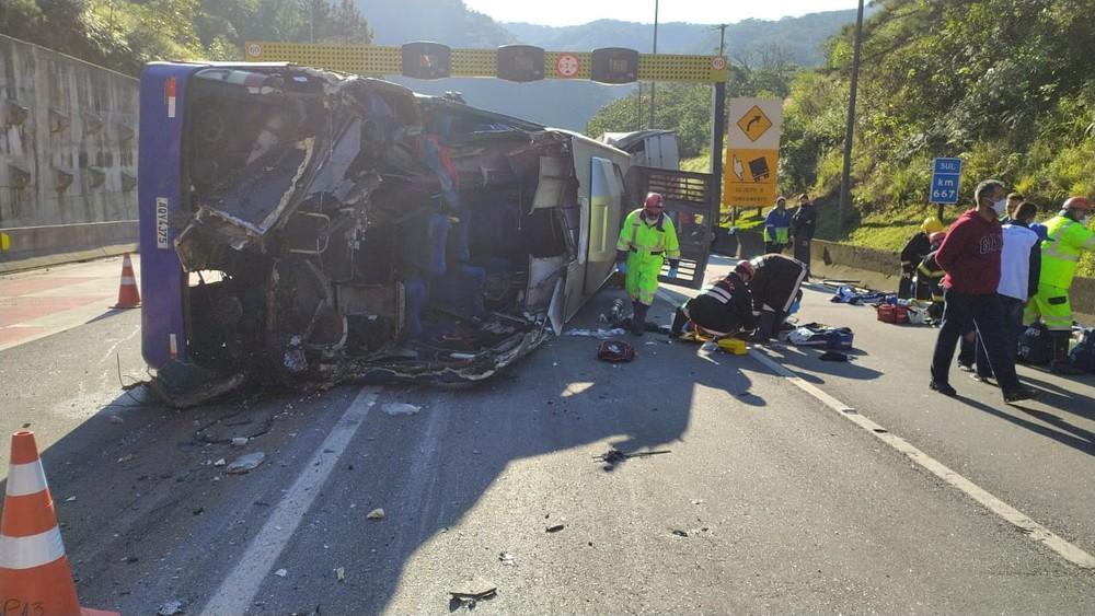 Ônibus com time de futsal tomba, mata duas pessoas e fere 20 no Paraná