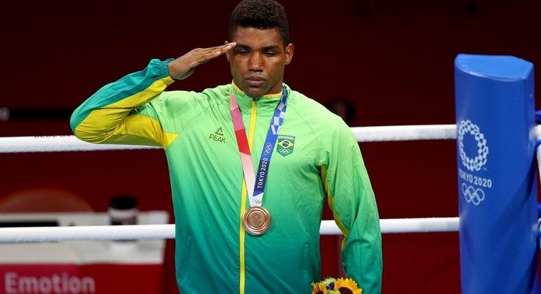 Boxeador Abner Teixeira recebe a medalha de bronze após 3 dias de espera