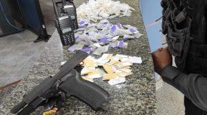 Após troca de tiros com a PM, suspeito é baleado em comunidade às margens da RJ-104