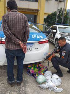 PM de Rio Bonito prende homem de 64 anos com mais de 2.300 papelotes de cocaína e quase 900 tabletes de maconha na Praça Cruzeiro