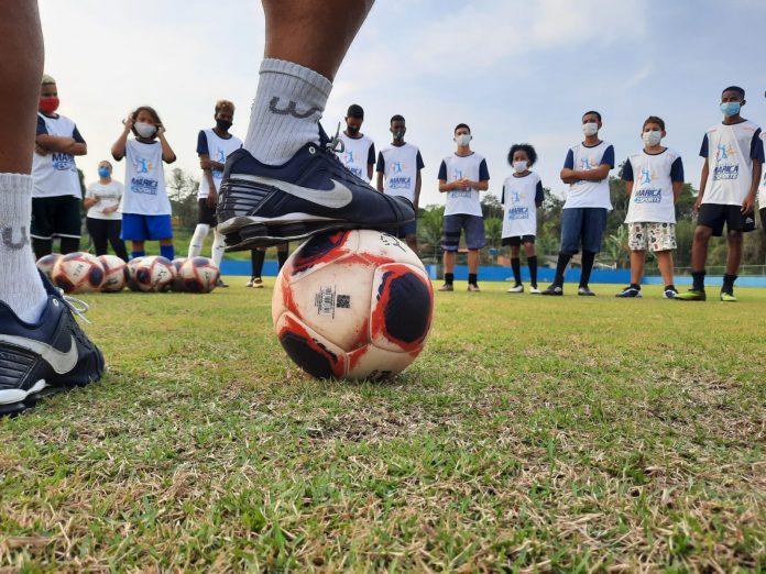"""Projeto """"Ao lado do Ídolo"""", da Prefeitura de Maricá, aproxima alunos e profissionais de futebol"""