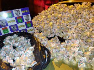 BPRv de Rio Bonito apreende quase 1400 pinos de cocaína dentro de carro que estava sendo rebocado