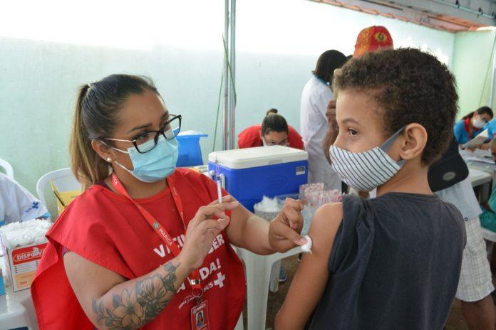 Adolescentes de 12 anos recebem a primeira dose da vacina contra a Covid-19