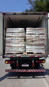 Caminhão que transportava frango e apreendido com armas e drogas pela Polícia Civil