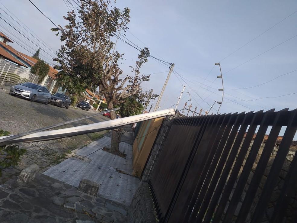 Árvore cai e derruba poste em Cabo Frio, no RJ