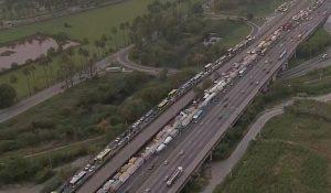 Caminhoneiros fazem protesto em rodovias de 14 estados do país. Em algumas, eles bloquearam a via