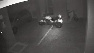 Moto fantasma. O vídeo de uma moto andando sozinha em estacionamento de Londrina, no Paraná, viraliza