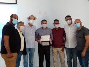 Prefeito de Cabo Frio entrega placa de reconhecimento aos profissionais do HRDV