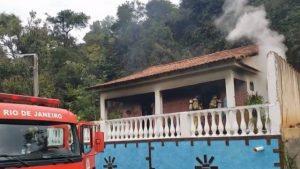 Homem agride esposa e filha, e coloca fogo na própria casa, em Maricá