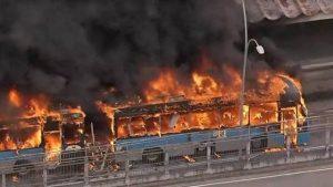 Ônibus do BRT pega fogo em Madureira, no Rio