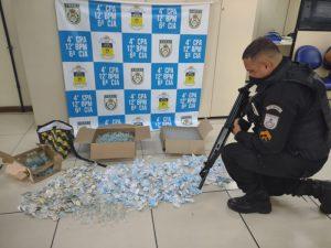 Mulher é presa por tráfico de drogas na comunidade Risca Faca, em Maricá
