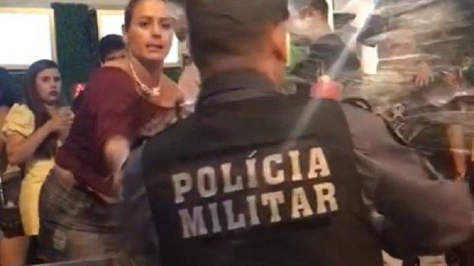 Mulher joga cerveja no rosto de PM em Cuiabá e vai presa