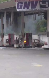 Carro pega fogo em posto de combustível na RJ-106, em Rio do Ouro, Niterói