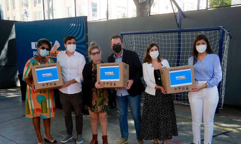 Prefeitura do Rio vai distribuir 8 milhões de absorventes para alunas